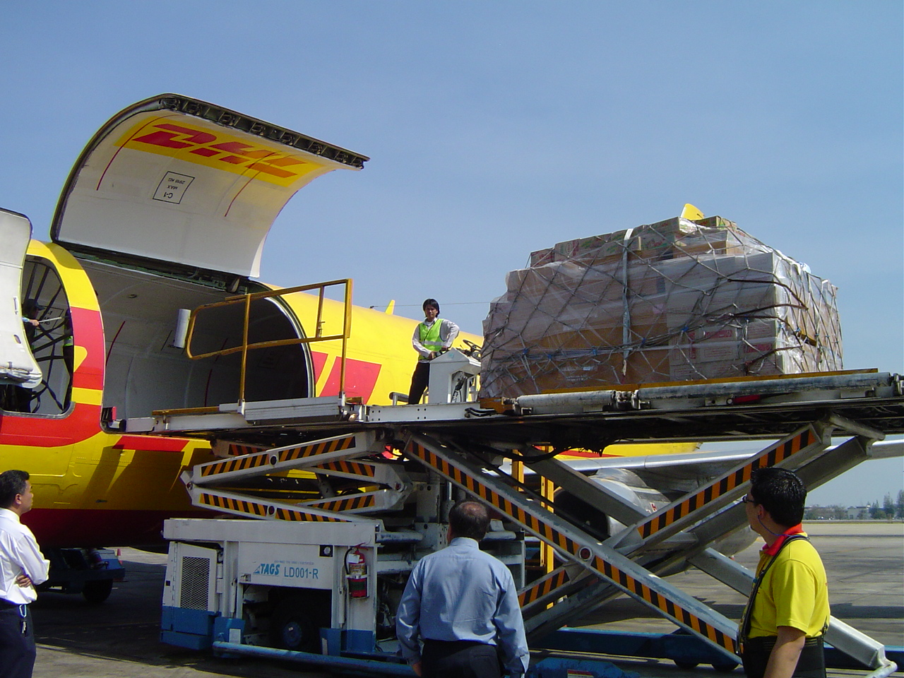 Loading of relief supplies onto a DHL plane in aid of Tsunami victims in 2004 ## Verladung von Hilfsguetern in ein DHL-Flugzeug waehrend der Tsunami-Katastrophe 2004